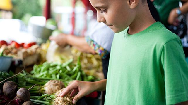 kid at farmers market
