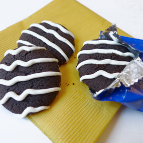 Low-calorie cookies on a yellow napkin