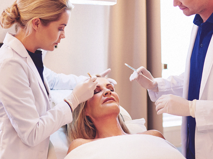 5514 Doctor Applying Botox 732x549 thumbnail - Is Botox giftig?Dit is wat u moet weten