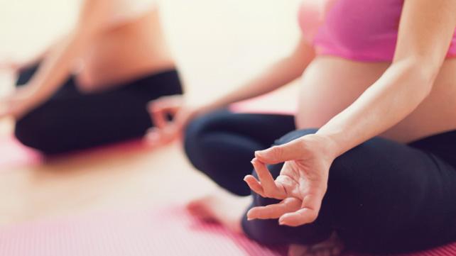 mulheres grávidas meditando