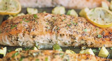 salmon con hierbas y calabacin para la psoriasis
